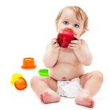 Netter Säuglingsjunge mit Apfel Stockfoto