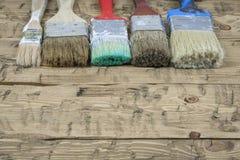 Netter Satz von fünf Bürsten auf altem Holztisch Stockfotos