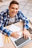 Netter Schüler, der seine Hausarbeit tut Stockfotos