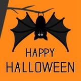 Netter Schläger, der am Baum hängt Glückliche Halloween-Karte Flaches Design Orange Hintergrund Lizenzfreies Stockfoto
