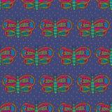 Netter Schmetterling mit nahtlosem Muster der bunten hellen Verzierung auf einem violetten Hintergrund Lizenzfreies Stockfoto