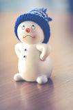 Netter Schneemann auf Holztisch Stockfotos