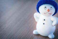 Netter Schneemann auf Holztisch Stockbilder