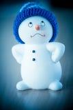 Netter Schneemann auf Holztisch Stockfoto