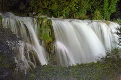 Netter Schuss mit einem nikon d3300 Wasserfall in Italien Lizenzfreie Stockfotos
