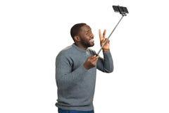 Netter schwarzer Mann, der selfie nimmt Stockfotos