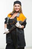 Netter sexy Frauenmechaniker, der Schlüssel lokalisiert über weißem Hintergrund hält stockbild