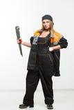 Netter sexy Frauenmechaniker, der Schlüssel lokalisiert über weißem Hintergrund hält lizenzfreie stockfotos