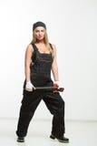 Netter sexy Frauenmechaniker, der Schlüssel lokalisiert über weißem Hintergrund hält lizenzfreies stockfoto