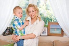 Netter Sohn und Mutter. Lizenzfreies Stockfoto