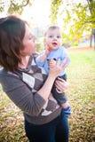 Netter Sohn und Mutter lizenzfreies stockbild