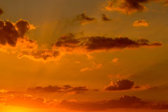 Netter Sonnenunterganghimmel mit Wolken Lizenzfreie Stockbilder