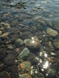 Netter Stein und klares Wasser Lizenzfreie Stockfotos