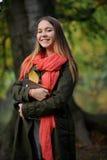 Netter Student auf dem Hintergrund des Herbstparks Stockfoto