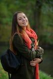 Netter Student auf dem Hintergrund des Herbstparks Stockfotografie