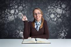 Netter Student, der vorderes offenes Buch stationiert Lizenzfreie Stockfotos