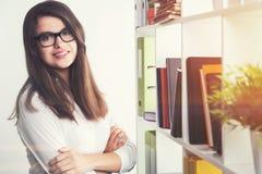 Netter Student in einer Bibliothek Lizenzfreies Stockfoto