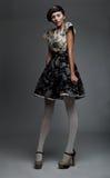 Netter Supermodel Brunette zeigt Art und Weisekleidung Lizenzfreie Stockfotografie