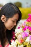 Netter thailändischer Mädchengeruch ein buntes Kertas Lizenzfreies Stockfoto