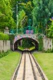 Netter träumerischer Eisenbahntunnelweg unter der Brücke stockfotografie