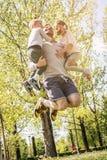 Netter Vater, der mit seinem Kind-` s spielt stockbilder