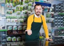 Netter Verkäufer, der Zusammenstellung demonstriert Stockfotografie