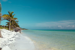 Netter warmer Ozean, der weich weißen sandigen Strand berührt Lizenzfreie Stockfotos