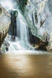 Netter Wasserfall am sonnigen Tag Stockfoto