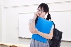 Netter weiblicher Anfänger, der in der Klasse steht lizenzfreie stockfotos
