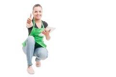 Netter weiblicher Angestellter mit dem Tablettendaumen oben Lizenzfreie Stockfotos