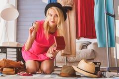 Netter weiblicher Blogger, der Schmuck darstellt Lizenzfreies Stockfoto
