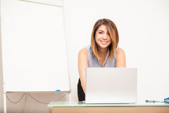Netter weiblicher Lehrer, der eine Lektion vorbereitet Lizenzfreie Stockfotografie