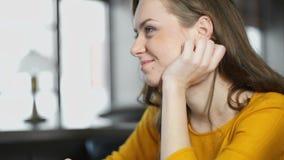 Netter weiblicher trinkender Kaffee und In Verbindung stehen im Restaurant, Vorstellungsgespräch stock footage