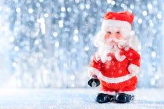 Netter Weihnachtsmann im Winter-Märchenland Abstraktes Hintergrundmuster der weißen Sterne auf dunkelroter Auslegung stockfotos