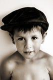 Netter zufriedener lächelnder Junge im Hut Lizenzfreie Stockfotos