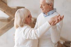 Nettes älteres Frauentanzen mit ihrem Ehemann lizenzfreie stockbilder