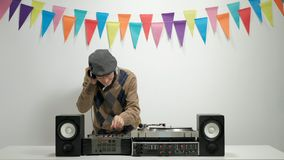 Nettes älteres spielendes Musik- und gestikulierenglück stock video