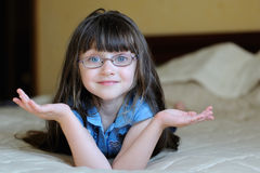 Nettes überraschtes Kleinkindmädchen mit dem langen dunklen Haar stockfotografie