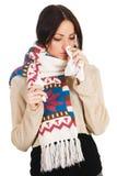 Nettes abgefangene Kälte der jungen Frau havign lizenzfreie stockfotos