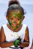 Nettes afrikanisches Mädchen an der Malereisitzung Lizenzfreie Stockfotografie