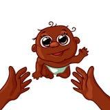 Nettes Afroamerikanerbaby, das zu seiner Mutter auf dem Griff kriecht Lizenzfreie Stockfotografie