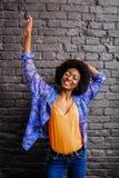 Nettes Afroamerikanermodell in den Blue Jeans übersteigen das Schauen entzückend lizenzfreie stockbilder