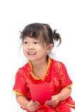 Nettes asiatisches Baby in der Klage des traditionellen Chinesen mit roter Tasche Lizenzfreie Stockfotografie
