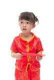 Nettes asiatisches Baby in der Klage des traditionellen Chinesen mit roter Tasche Lizenzfreie Stockfotos