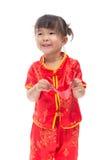 Nettes asiatisches Baby in der Klage des traditionellen Chinesen mit roter Tasche Stockbilder