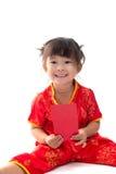 Nettes asiatisches Baby in der Klage des traditionellen Chinesen mit roter Tasche Lizenzfreie Stockbilder