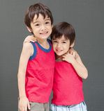 Nettes asiatisches Geschwisterlächeln glücklich stockfotos