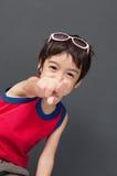 Nettes asiatisches Jungenzeigen stockbilder
