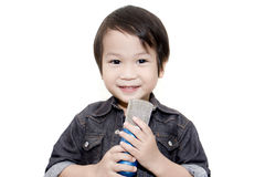 Nettes asiatisches Kind, das auf lokalisiertem weißem Hintergrund singt lizenzfreie stockbilder