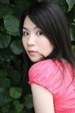 Nettes asiatisches Mädchen, das den Projektor betrachtet Lizenzfreie Stockbilder